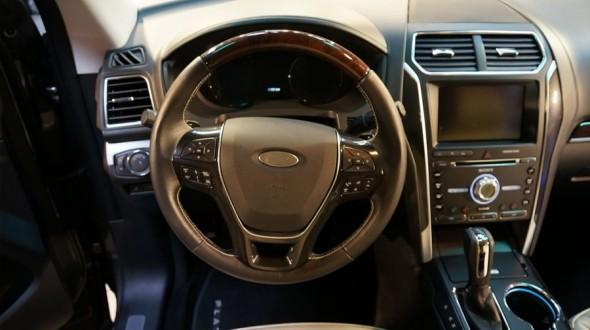 Презентованный автомобиль укомплектован рулевым колесом с функцией подогрева, а также эмблемой бренда Ford, выполненной в матовом стиле, плюс аудиосистемой марки Sony